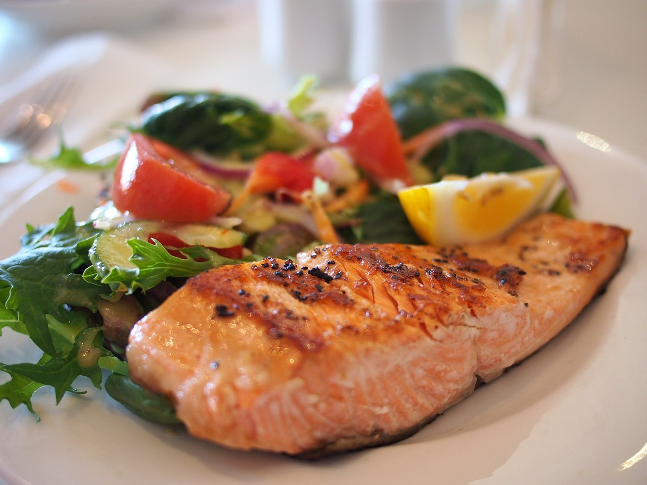 Déguster un bon repas dans un restaurant au bord de la plage
